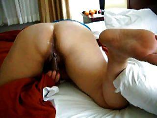 bbw Amateur bekommt 2 auf einem Bett gefilmt Masturbieren