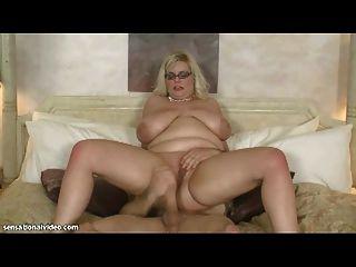 sexy bbw Milf nimmt riesigen Schwanz in den Arsch