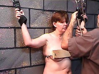 dicke Frau bekommt im Holz im Verlies Spiel mit älteren Meister ihre Brüste genagelt