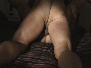 troia italiana matura pompa il suo Stier mentre si masturba.