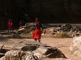 weiße Frau und afrikanischer Krieger Romantik