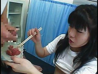 Lebensmittel - japanisches Mädchen isst cummy etwas