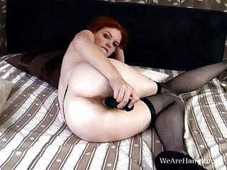 haarige Florenz schiebt einen Dildo in ihre haarige rote Muschi