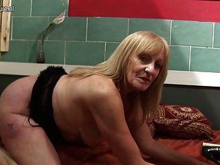 Amateur Schlampe Großmutter mit ihrem nassen alten Pussy spielen