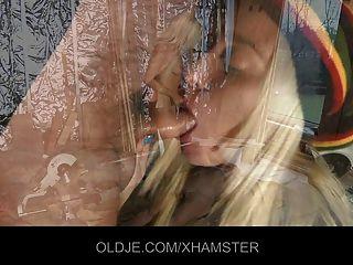 alter Mann seine junge blonde Assistentin ist verdammt