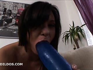 Babe wird mit einem großen blauen brutalen Dildo in hd anally klaffte