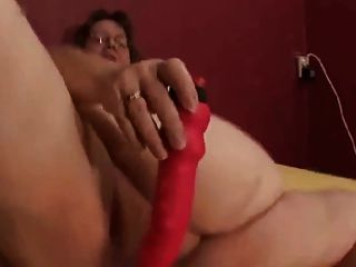 Dame zeigt alle 67