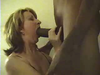 weiße Frau riesigen schwarzen Hahn saugen