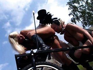 blonde Fetisch-Schlampe kathleen in bizzare im Freien-Szene