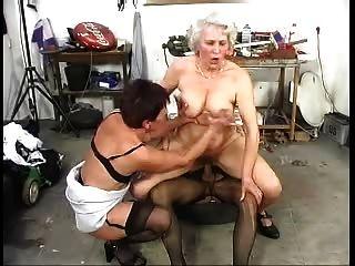 zwei haarige alte grannys haben mit einem Hahn Spaß