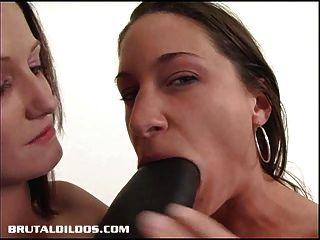 Hailey Ficken Alissa mit einem großen schwarzen Dildo brutal