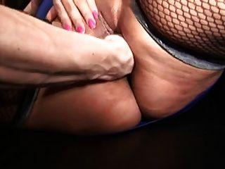 mollige Frau mit großen Titten in Strumpf fucks