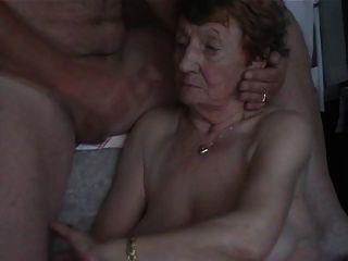 auf dem Gesicht der Großmutter