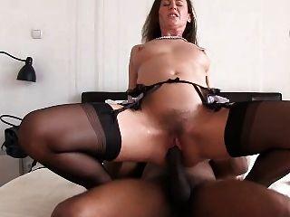 lara genießt einen großen schwarzen Schwanz