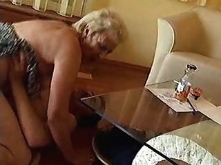 Oma shagged hart auf dem Boden