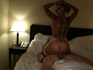 sexy cora fickt Fan auf der Erotik-messe