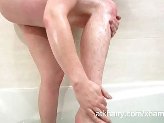 haarige jenna bekommt ihre Muschi nass und masturbiert