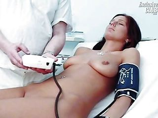 sara Gyno Pussy Speculum Prüfung durch verworrene alte Arzt
