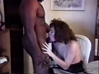 weiße Frau fickt schwarzen Stier zu Hause