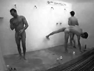Jungs in der öffentlichen Dusche mit hart an
