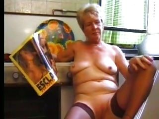 Oma in Strumpf Teil1 Masturbieren