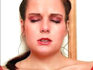 hoch langbeinige Brünette masturbiert in Netzstrümpfen