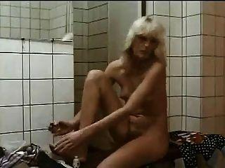 haarige Mädchen in der Dusche