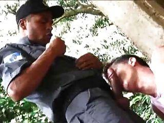 Twink hat Spaß mit zwei Polizisten