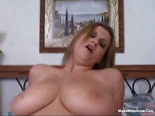 Blondine ihre Brüste mit einem cum-2 spielen