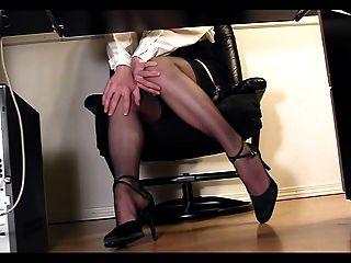 langbeinige Sekretärin unter Masturbation Schreibtisch Voyeur Cam