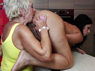 alte und junge Gruppen-Sex mit 2 Omas