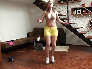 vollbusige Blondine Milf Springen und ihre hüpfenden großen Titten zeigt