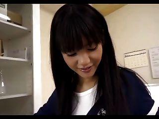 japanisches Mädchen gibt legjob und foot