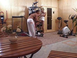 ficken eine Blondine im Hause Fitness-Studio nach dem Training