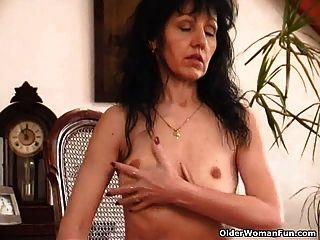 alte Frau mit saggy Titten und haarige Muschi