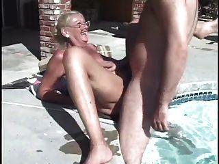 Frau. Sand - 2, wenn durch Pool