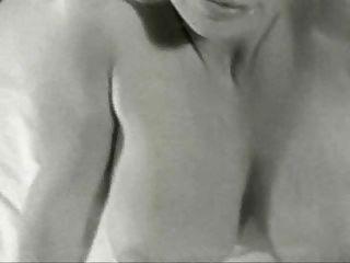 Virginia Glocke - lächelnd für die Kamera tummeln