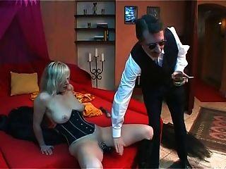 blonde Sklavin dildoing und unter Peitsche Cumming