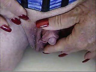 Heiße Oma ihr sehr große Klitoris streicheln!