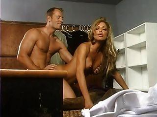 gefälschte blonde Hausfrau mit großen Titten hart gefickt