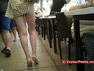 Kleid bekam auf ihre Handtasche erwischt - geilen Arsch in der Öffentlichkeit ausgesetzt!