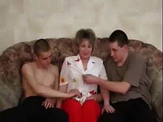 russische reifen genießen mit zwei Jungen