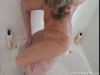 herrlich Oma bekommt schön und nass und seifig in der Dusche