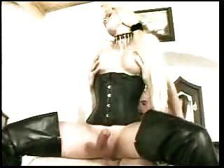Transvestiten mit großen Schwanz bekommt es in den Arsch