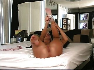 blonde wird auf die Knie im Bett ihren runden Hintern zu zeigen