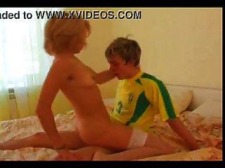 Schönheit Milf Blondine mit jungen Mann