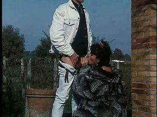Frau im Pelzmantel wird gefickt