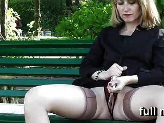 naomi1 masturbiert in einem öffentlichen Park