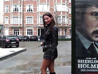 Rauchen und zu Fuß in Leder-Outfit + High Heels Stiefel: