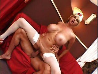 big Titted Krankenschwester hat die Heilung für das, was ist dir